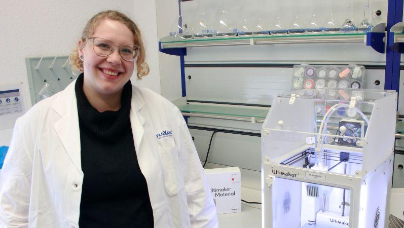 Susan Aschenbrenner mit dem 3-D-Drucker, den sie als Innovationsassistentin bedient hat.
